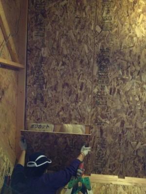屋根に板を貼付け