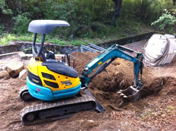 ユンボで浄化槽を埋める穴を掘る