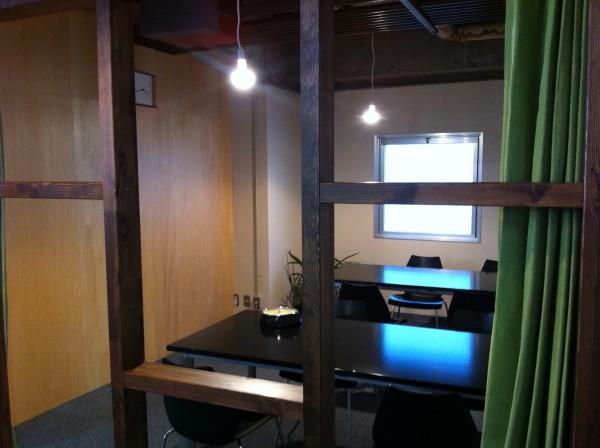 会議室はシックな雰囲気