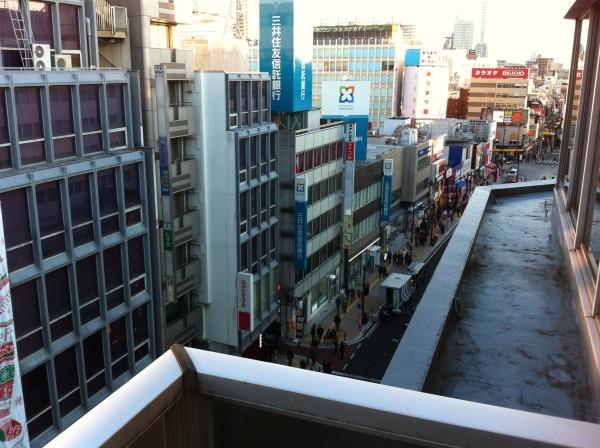 大宮駅前の商店街を見下ろしながら一服