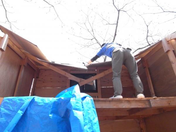 友人が屋根を破壊しているところ。