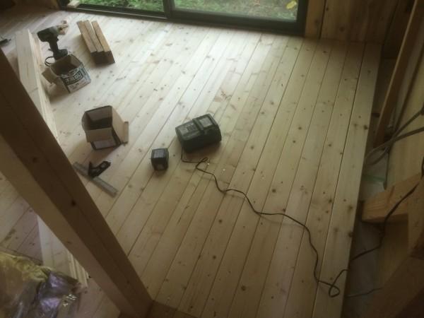 張り終えた床。1x4でしゃれおつ。