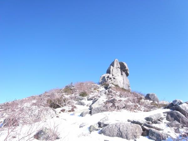 山頂にある有名な五丈岩(だよね?)を仰ぎ見ながら断念。